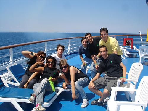 Un grupo de jóvenes disfruta de unas vacaciones a bordo de un crucero