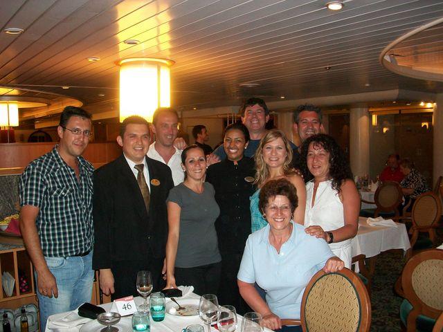 Los recién casados junto con la tripulación y otros pasajeros