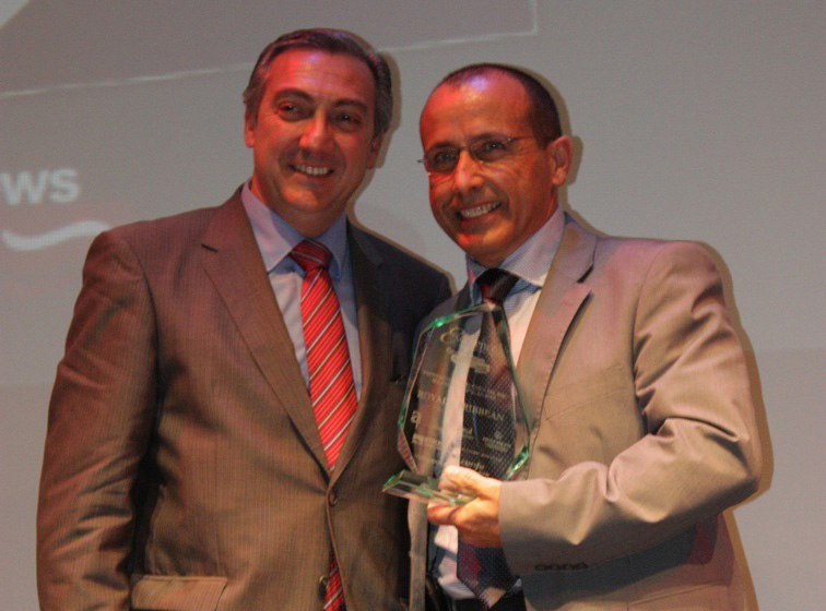 Chencho Benítez, jefe regional de ventas de Royal Caribbean, recibiendo el premio