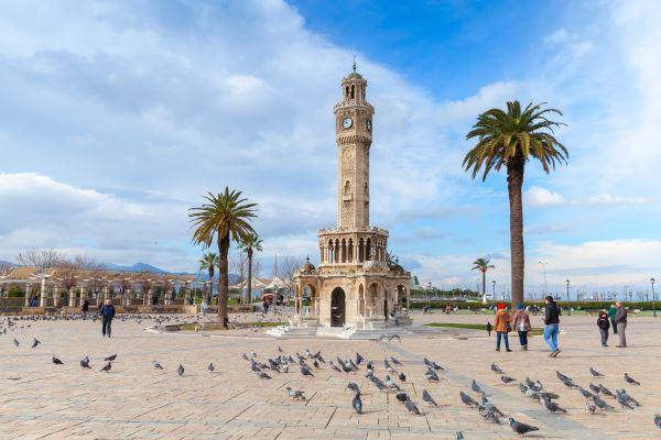Palomas en Konak Square, Esmirna