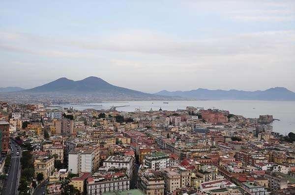 Nápoles frente al Vesubio