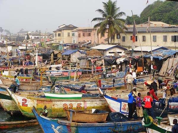 Pescadores y puerto en Ghana
