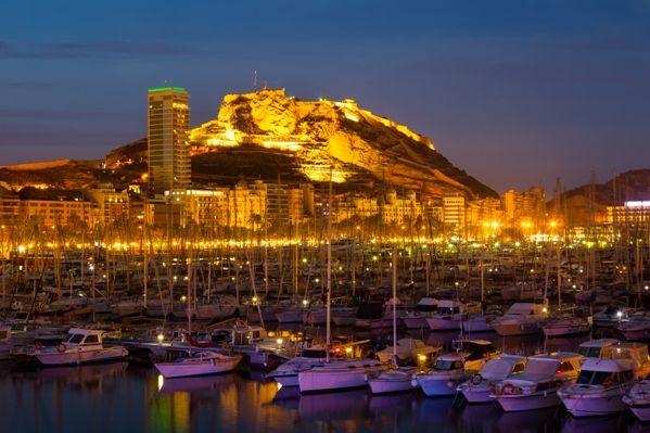 Alicante de noche desde el puerto