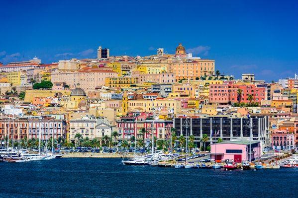 Vistas de Cagliari desde el puerto